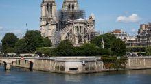Notre Dame celebra en condiciones precarias su primera misa tras el incendio