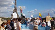 """""""No Grato"""": frente a la Torre Eiffel, un puñado de argentinos repudió la presencia de Mauricio Macri en Francia"""