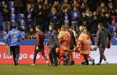 Fernando Torres é levado para hospital em maca durante partida do Atlético de Madri contra Deportivo La Coruña