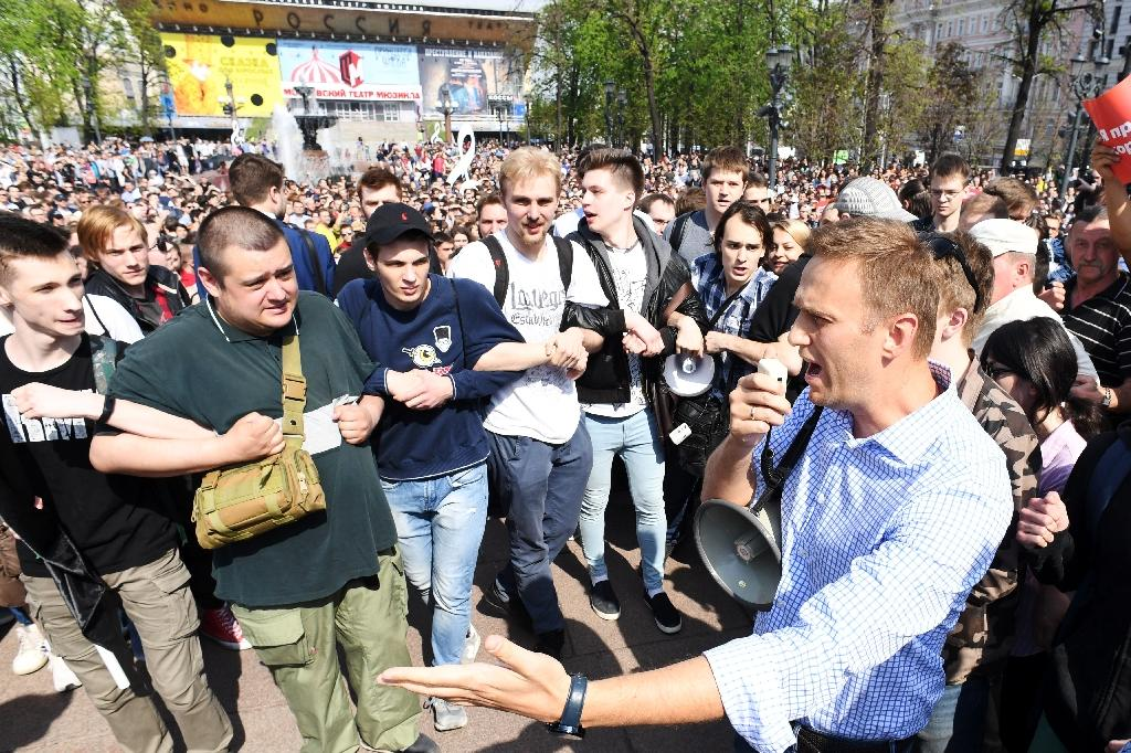 Navalny addresses supporters prior to being detained as baton-wielding police sought to disperse the gathering (AFP Photo/Kirill KUDRYAVTSEV)