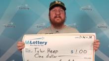 Ganó un dólar en la lotería… ¡y pidió una ceremonia con entrega de cheque y foto!