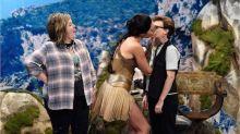 Mulher-Maravilha dá beijo gay em quadro humorístico com Gal Gadot na TV americana