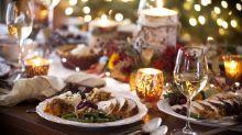 La gente come más cuando cena con amigos, y tiene una razón evolutiva