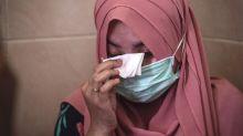 FOTO: Kesedihan Berda Asmara, Istri Personel KRI Nanggala-402 yang Hilang Kontak