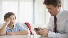 Mal comportamiento en los niños, ¿por que sus padres usan demasiado el móvil?