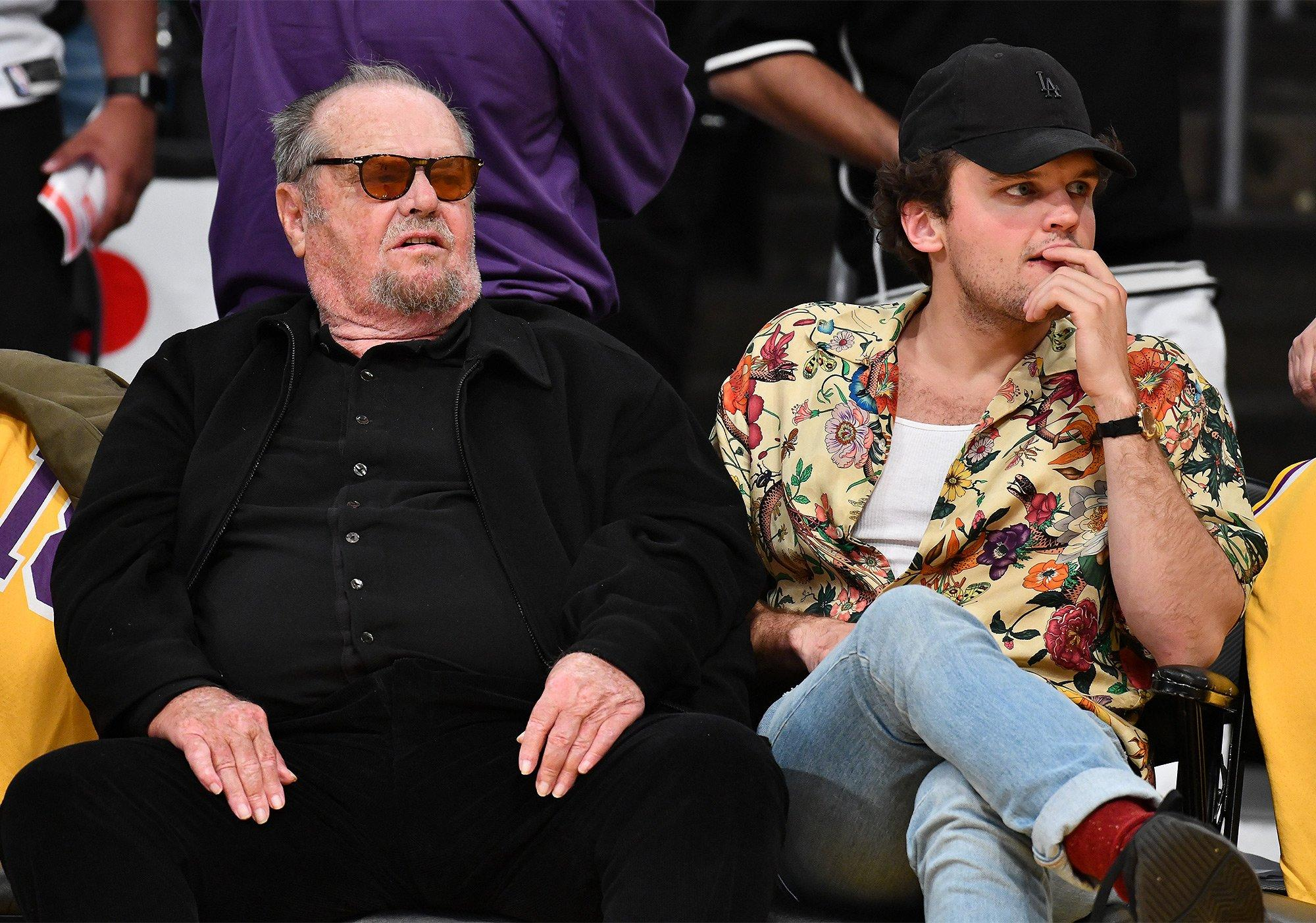 Jack Nicholson Joined By Son Ray As He Watches His Favorite Team The Los Angeles Lakers Lose De zwart wit of full color illustraties vindt u terug op tal van producten. https www yahoo com entertainment jack nicholson joined son ray 153240731 html