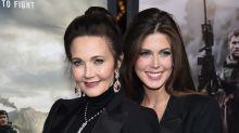 La Mujer Maravilla se ve tan joven a sus 66 años que parece hermana de su hija