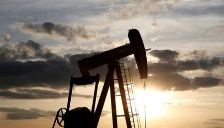 Oil prices fall more than 1% after US fuel inventories build