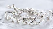 Recibió 48 brazaletes de diamantes por error... y los devolvió