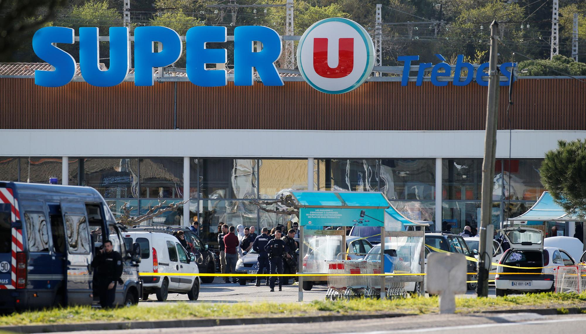<p>A general view shows gendarmes and police officers at a supermarket after a hostage situation in Trèbes, France, March 23, 2018. (Photo: Regis Duvignau/Reuters) </p>