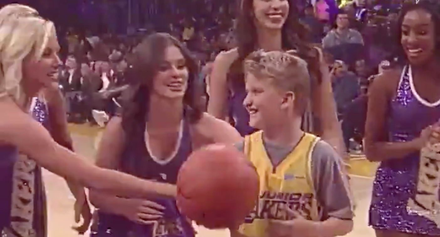 Der junge Maxx stahl allen die Show. (Bild: Twitter LA Lakers)