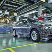 BMW電動休旅iNEXT原型車完成組裝將進入量產前測試,首批官方照釋出