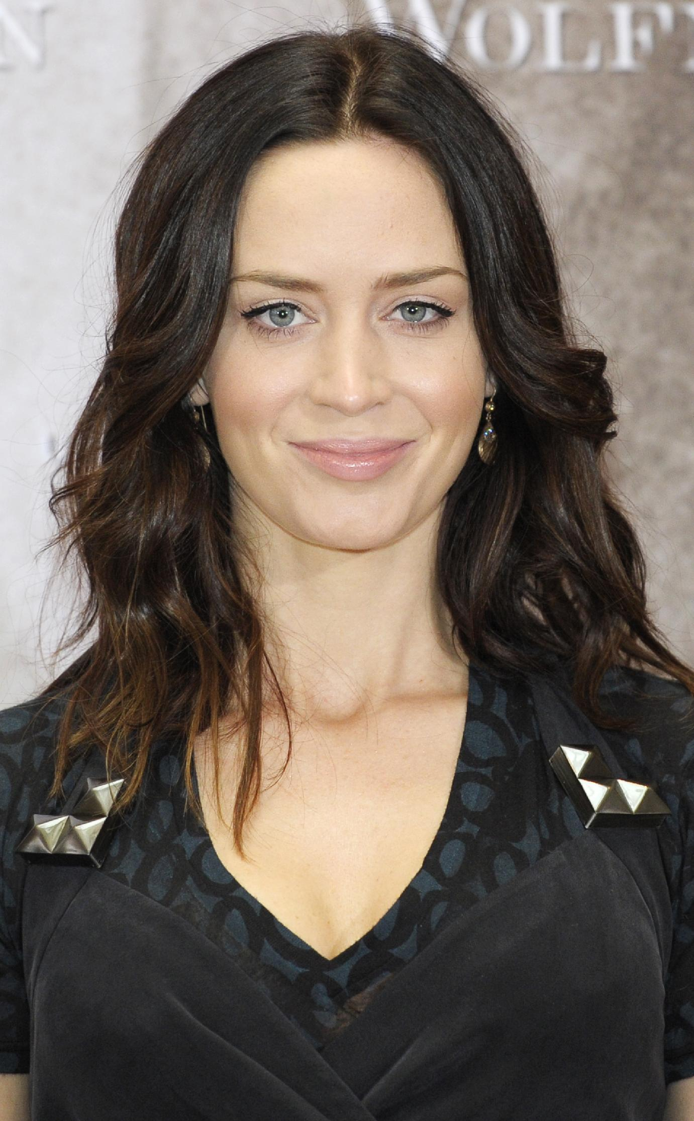 Emily Blunt confirmed to play Mary Poppins, due out in ...