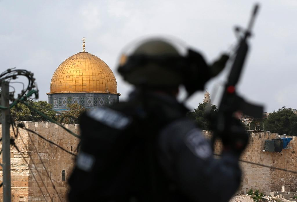 Israeli security forces stand guard close to the Al-Aqsa Mosque compound in East Jerusalem (AFP Photo/Ahmad Gharabli)