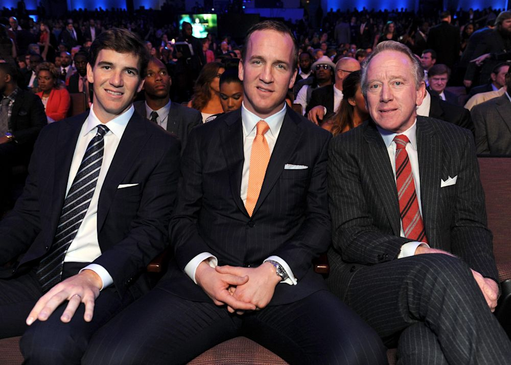 Eli Manning, left, Peyton Manning, center, and former NFL player Archie Manning at NFL Honors in 2013. (AP)