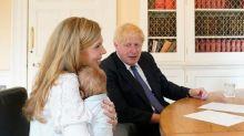 Boris Johnson a fotografiat cu fiul Wilfred pentru prima dată