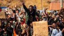 Mindestens tausend Flüchtlinge demonstrieren auf Lesbos gegen neues Lager