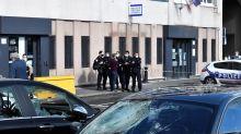 L'attaque d'un commissariat aux mortiers d'artifice provoque l'émoi au sein de la police