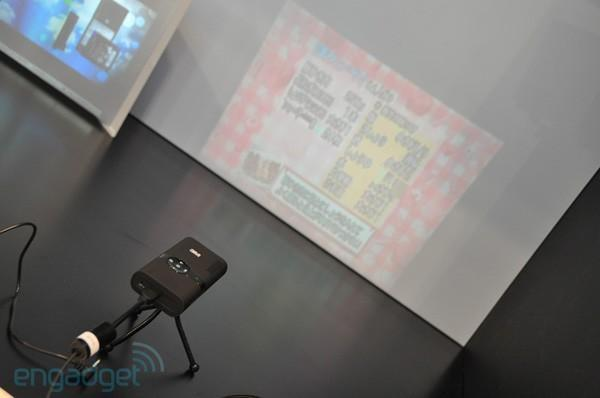 3M's MPro 120 pocket projector fights the good fight at CEATEC (video)