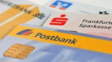 Banken verlangen für ihre Dienste meist Gebühren, nicht aber bei Gehaltskonten. Trotzdem sollten Kunden wählerisch sein.
