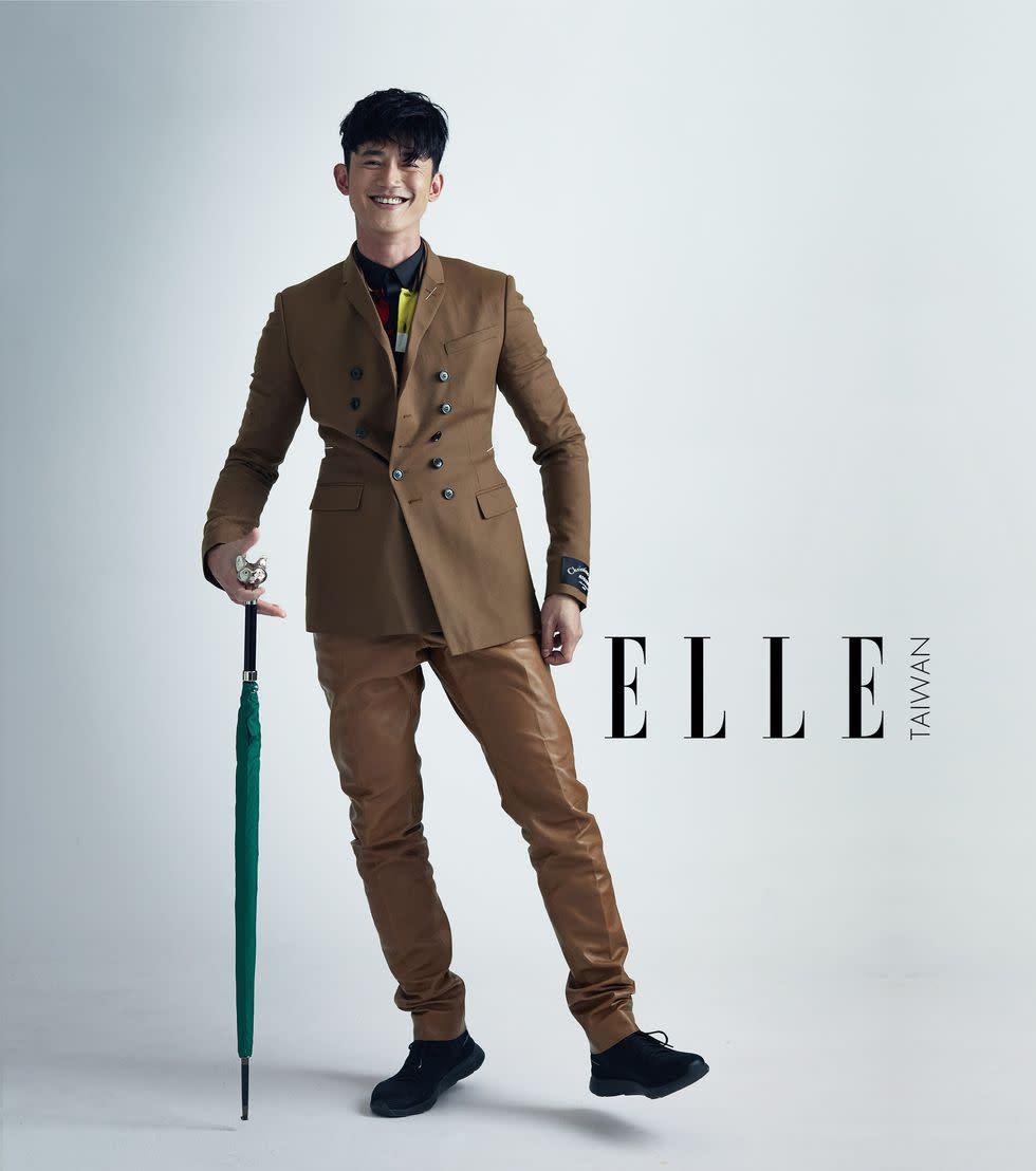 黑色襯衫、polo 衫、西裝外套、運動鞋(ALL BY DIOR HOMME);卡其色皮褲(BERLUTI);狐狸頭金屬柄雨傘(OAK ROOM)。