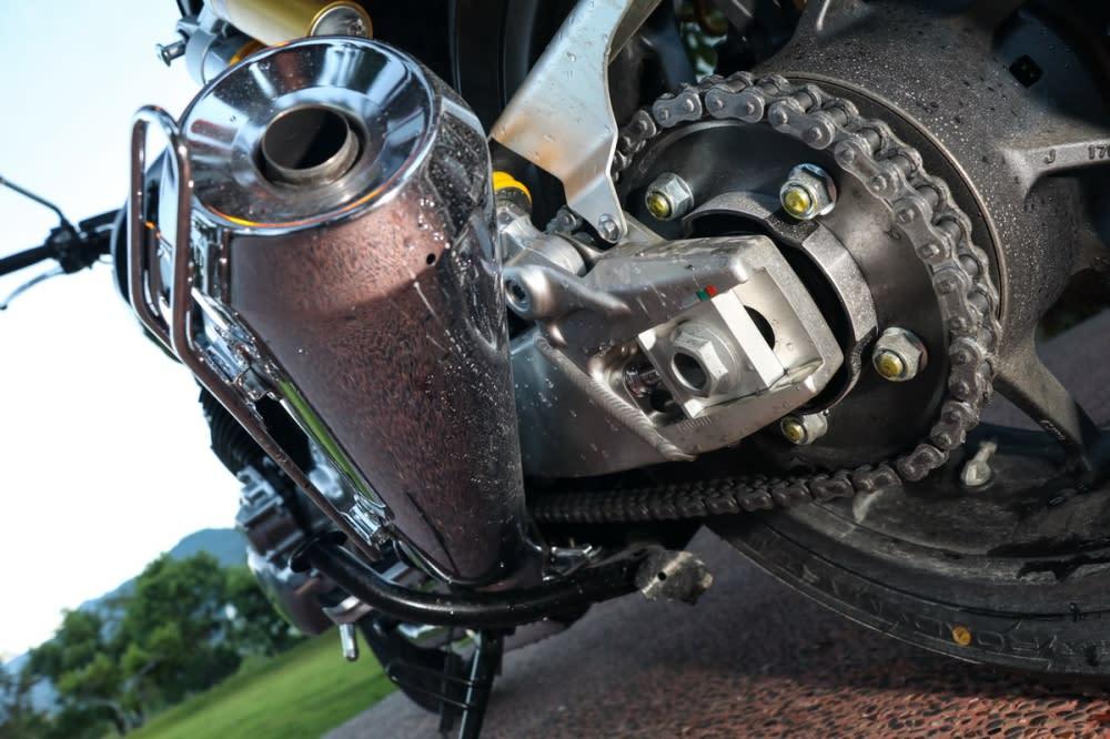 鋁合金搖臂幫助車輛減重,從搖臂的顏色可以看的出與EX的黑色不同