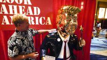Trump idolatrado: con una estatua dorada, miles de fanáticos renuevan su lealtad