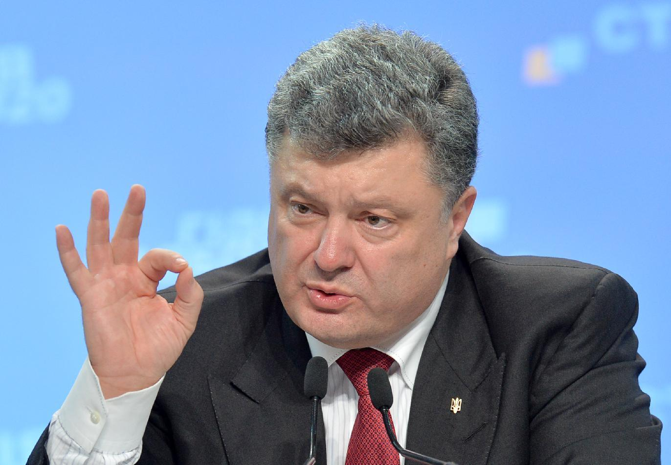Ukrainian President Petro Poroshenko gestures as he answers questions during a press conference in Kiev, on September 25, 2014 (AFP Photo/Genya Savilov)