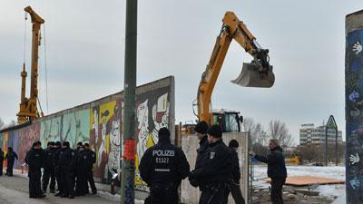 Raw: Pieces of Berlin Wall Removed