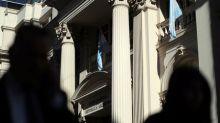 Banco Central de Argentina vende 695 millones de dólares para sostener cotización del peso