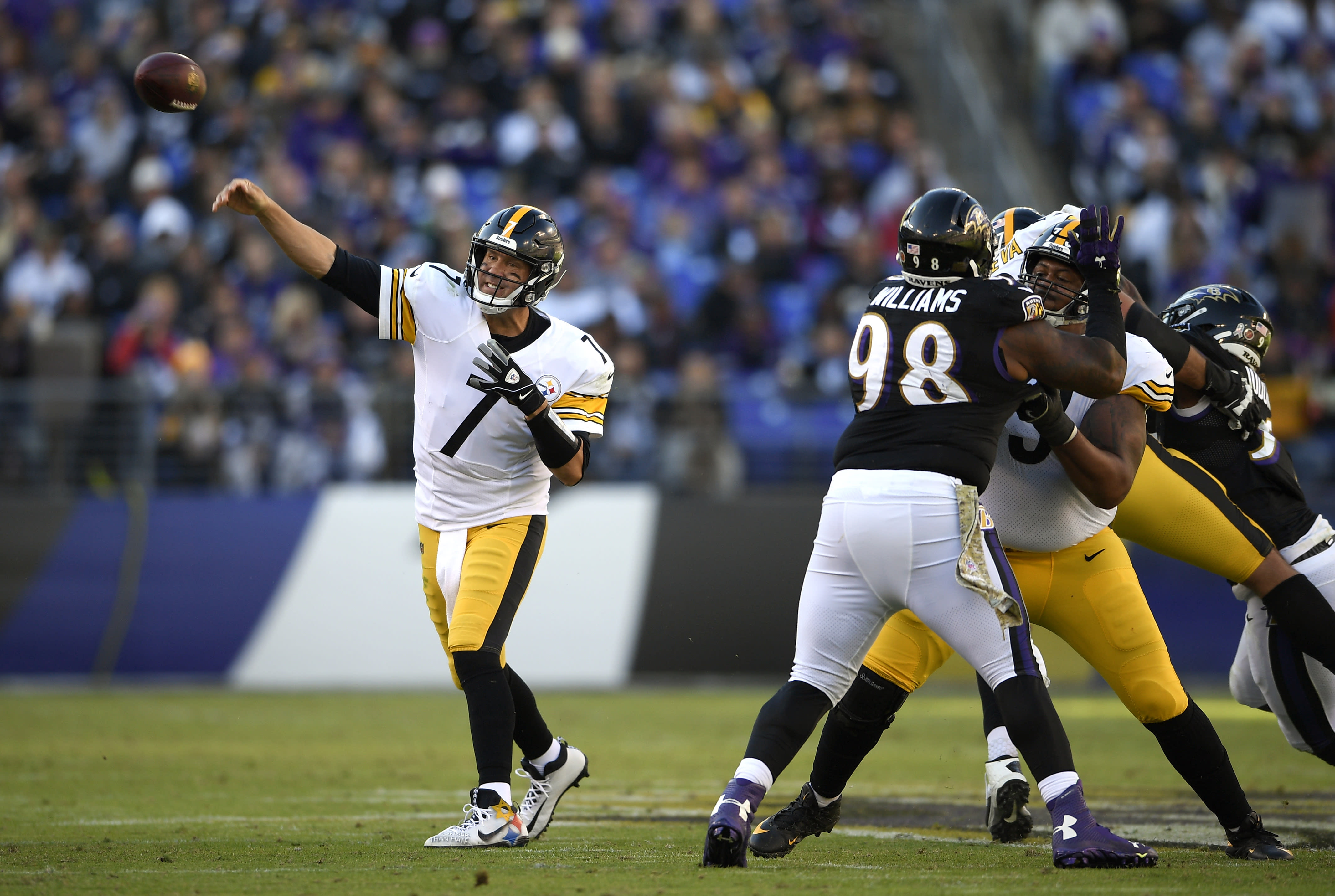 Roethlisberger overcomes injury scare to lead Steelers to win 45bb54b87