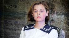 Emma Corrin de 'The Crown' encabeza la nueva campaña de Miu Miu