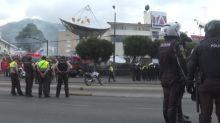Manifestantes atacan televisora y periódico en Quito