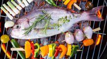 Barbecue : l'astuce imparable pour cuire du poisson en évitant à la chair de coller à la grille