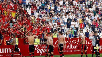 Los aficionados hacen largas colas en Son Moix para el Mallorca-Dépor