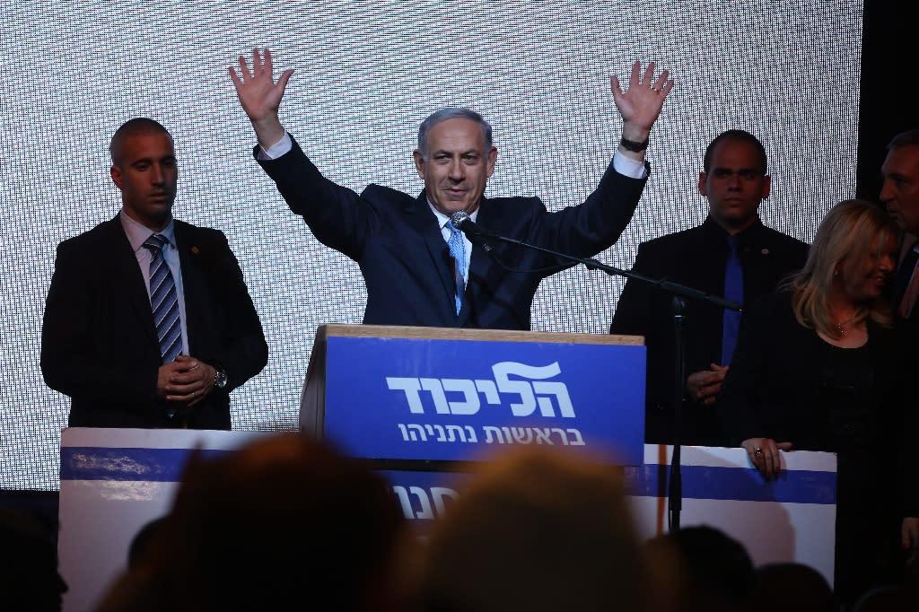 Israeli Prime Minister Benjamin Netanyahu (C) makes a speech next to his wife Sara late on March 17, 2015 in the city of Tel Aviv (AFP Photo/Menahem Kahana)