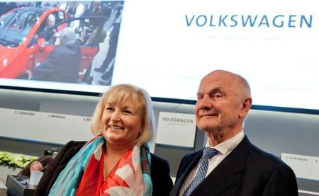 FILE PHOTO: Piech, chairman of board of German carmaker Volkswagen, and wife Ursula pose in front of company logo before annual shareholders meeting in Hamburg