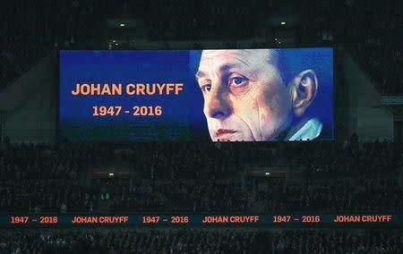 Homenagem a Johan Cruyff, em Wembley, durante amistoso entre Inglaterra e Holanda