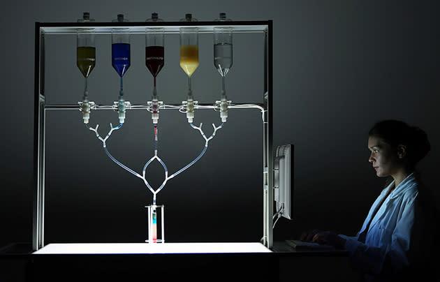 Roboter-Barkeeper mixt Cocktails für dein Facebook-Profil
