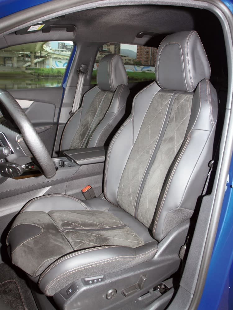 採運動化設定的雙前座椅,腰部與背部支撐皆屬上乘。