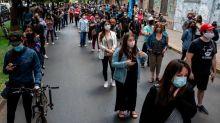 Chile vota en plebiscito histórico: las imágenes de las largas filas en la histórica consulta para decidir si cambiaba su Constitución