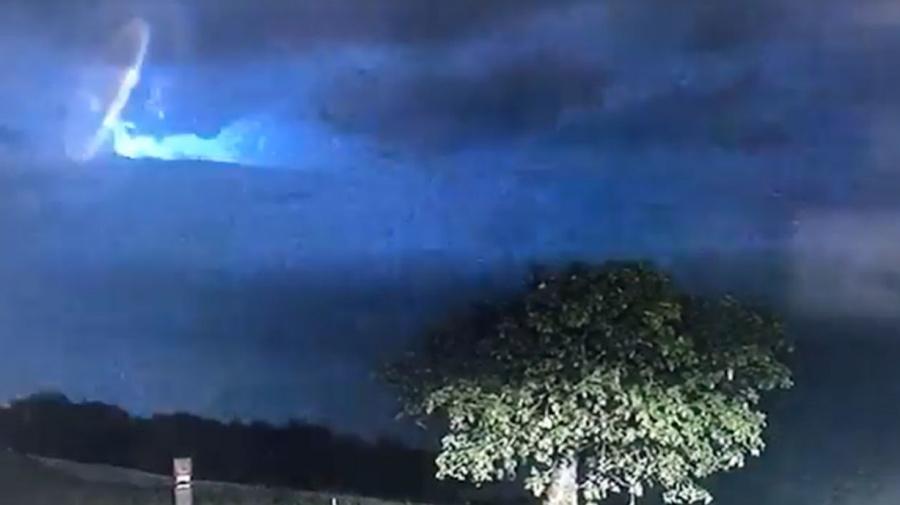 """""""No estamos solos"""": La policía de Australia Occidental revela imágenes de unas luces misteriosas que surcan el cielo"""