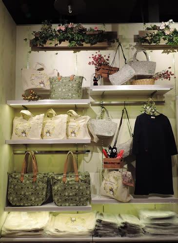 紀念台灣第一家店鋪新開幕,更將搶先販賣服飾、包包、披肩