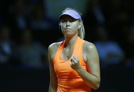 María Sharapova en acción contra Roberta Vinci en Stuttgart, Alemania.