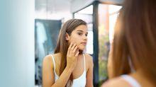 Une jeune femme souffrant d'acné arrête de se maquiller et sa peau n'a jamais été aussi belle