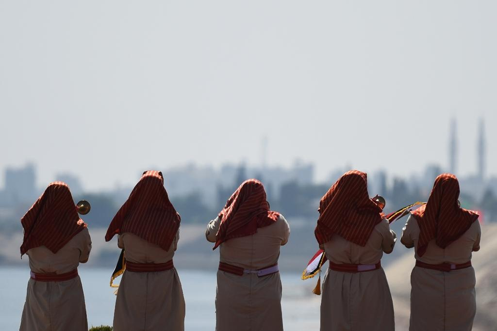 Egyptians perform on the bank of the new Suez Canal, on August 6, 2015 (AFP Photo/Mohamed El-Shahed)