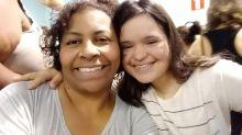 """Dia das Mães: há 16 anos, madrasta cria enteada com Síndrome de Down e diz: """"Aprendo com ela diariamente"""""""