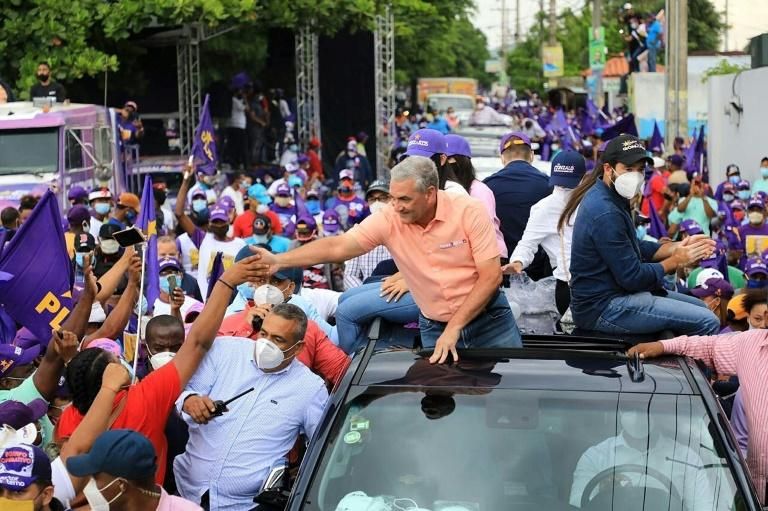 Ruling Dominican Liberation Party (PLD) candidate Gonzalo Castillo shakes hands with supporters in San Pedro de Macoris ahead vote (AFP Photo/-)