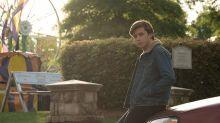 Para promover 'Com Amor, Simon', Telecine espalha livro sobre jovem gay à procura do amor