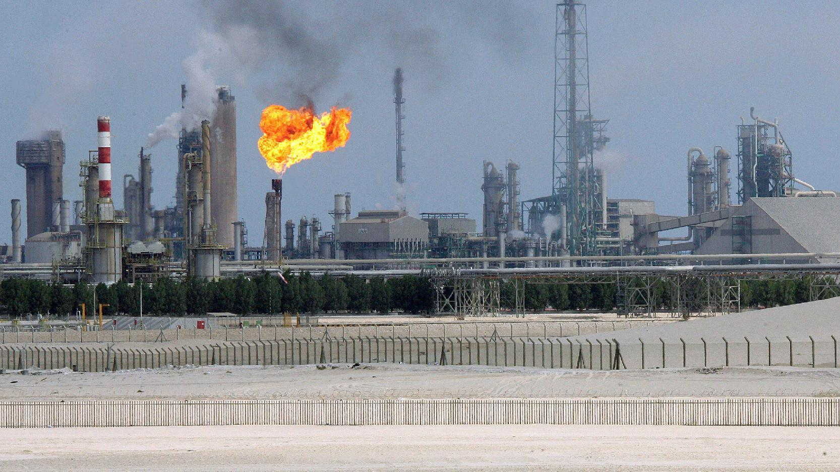 A general view of an oil refinery in the Gulf emirate of Qatar, pictured on February 1, 2006 (AFP Photo/Franck Fife)